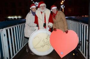Santa placing his €2 on the bridge.